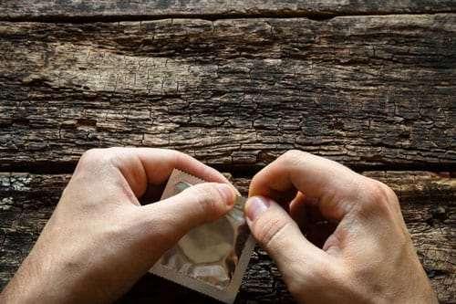 Óvszerek kibontása: csakis a kezeddel